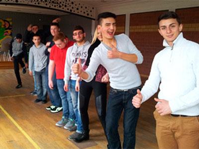 Ertan, Burak, Sarah, George, Max, Serkan, Nico, Emir und Serhat (v.r.n.l.) meistern gemeinsam das sichere Überqueren eines imaginären Säureflusses