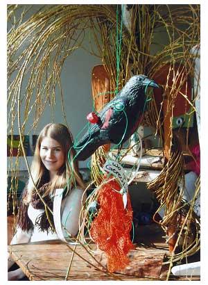 Eine FOS-Schülerin betrachtet einige Skulpturen